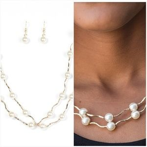 AHEAD OF THE FAME WHITE NECKLACE/EARRING SET